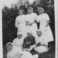 З альбому медичної санітарки Курегової Лідії Карповни (в центрі зверху) 60 рока