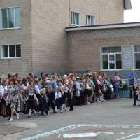 На святкову лінійку виходять першокласники