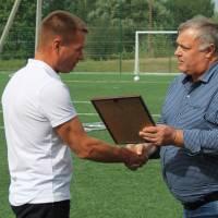 Грамоту отримує вчитель фізкультури Гончарівської гімназії Володимир Беда