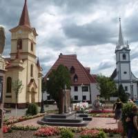 Площа Пам'яті- центр міста, реформатський костел та римо-католицька церква