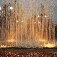Феєрія водяних бризок у нічному фонтані