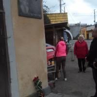 Покладання квітів до меморіальної дошки Р.Сеник