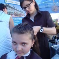 Всього два тижні, як опановує перукарське мистецтво слухачка Анастасія. Але майстерно виплетені її руками зачіски на дівочих голівках засвідчують, що