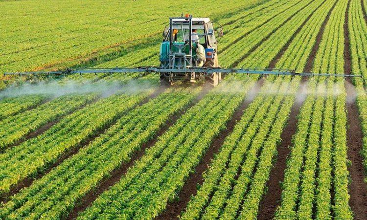Обробка полів пестицидами