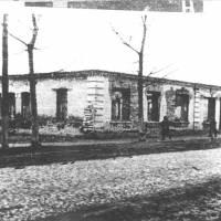 Зруйнована будівля в центрі міста (нині бар