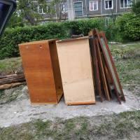 На вулиці С. Петлюри знову викинули купу старих меблів