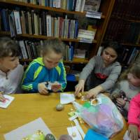 В Кременецькій міській бібліотеці для дітей відбувся майстер клас з учнями продовженого дня Кременецької ЗОШ №4: «писаночку розмалюю і матусі подарую»