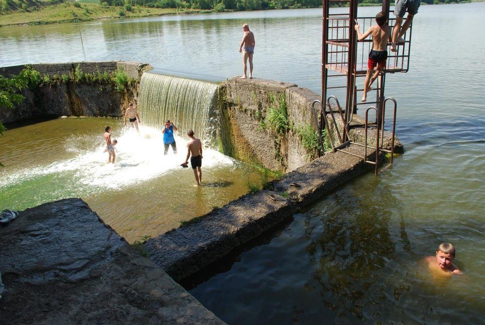 Волочиська тергромада облаштувала водоспад для купання - фото 1