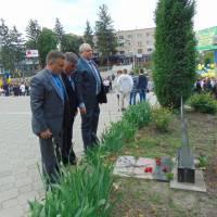 Покладання квітів до пам'ятного знака Героям Небесної Сотні