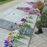 Покладання квітів на Пагорбі Слави