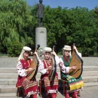Тріо бандуристів РБК біля пам'ятника Т.Г.Шевченку