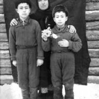 kataki_seferova_gulsum_i_ee_deti_ural_lesopoval_1949_02_0