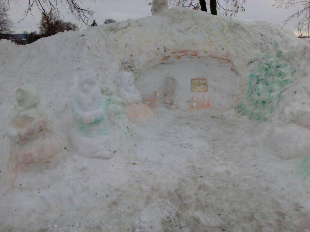 Перші композиції конкурсу сніжних скульптур, що проходить на Уманщині