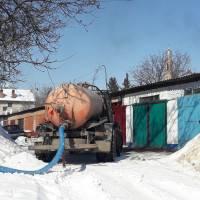 Робота асенізаторної машини по викачці нечистот з комунальних будинків