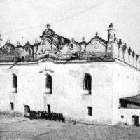 Так виглядала уславлена місцева синагога (1589) на межі ХІХ—ХХ століть. Фото — З.Ґлоґер (1900).