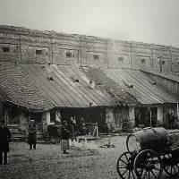 Стіна ратуші з пристроєними до неї лавками. Фото П. Жолтовського, 1930р.