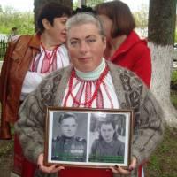 Ющенко О.І.  з фото своїх батьків