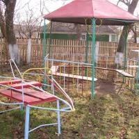 Біля дитячого садочка