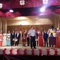Вручення грамот директором школи Михайлом Шевчуком та заступником Ларисою Заміхорою