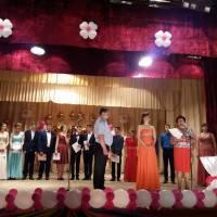Вручення атестатів: директор школи Михайло Шевчук та заступник Світлана Чабан