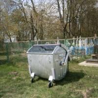 Сміттєвий контейнер  на кладовищі у Воротневі