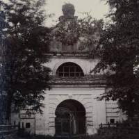 Брама палацової резиденції Вишневецьких у Любешові (Фото Ісака Сербова 1912 року