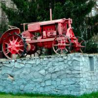 Пам'ятник першому трактору