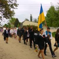 Старшокласники Підліської ЗОШ несуть вінок до обеліска