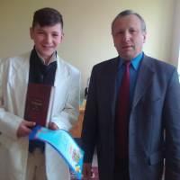 Микола Калачук з переможцем конкурсу Тарасом Батуркою (НВКс. Річиця)