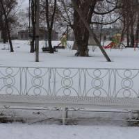 Новенькі лави виготовлені місцевими майстрами за закордонними зразками, привезеними Миколою Романченком