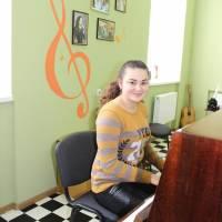 Керівник художній Наталія Каюкова в очікуванні осинівських школярів на заняття з вокалу