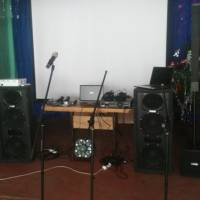 нове музичне обладнання, проектор, екран