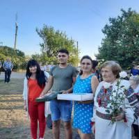 привітання від сільського голови Анни Павлової  сімї Іваненко з річницею весілля