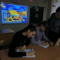 Учні 11 класу за виконанням завдань інтелектуального конкурсу