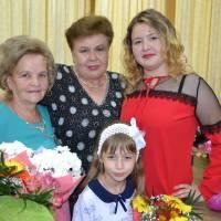 Антонь П.П. з онукою Віолетою (справа) і голова Добропільської районної жіночої організації Наровілова Л.В.