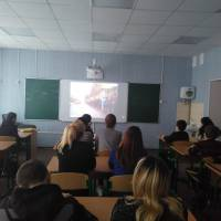 Учні за переглядом фільму