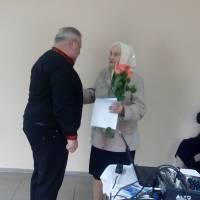 Сільський голова Ратушнюк А. В. вітає ветерана педагогічної праці Захарчук Л. С.