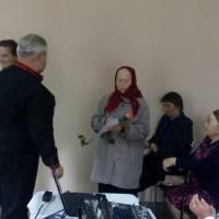 Сільський голова Ратушнюк А. В. вітає ветерана педагогічної праці Шурпан Н. Л.