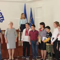 Назаров С. М., Гриб Т. М. нагороджують учні 7 класів та керівника Данилюк Л. І.