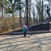 Прибирання довкола пам'ятника підпільникам (с.Довжик)