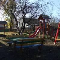 Дитячий майданчик на території школи