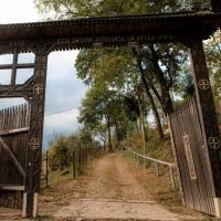 Деревяні ворота у церкви св. Миїхала і Гавриїла
