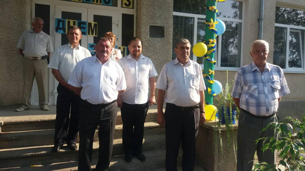 На свято першого дзвоника на подвір'ї Родниківської ЗОШ збирається уся шкільна громада