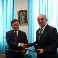 Підписання контракту у японському консульстві
