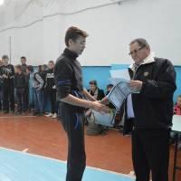 Котенко А.Л. вручає грамоти переможцю конкурса.