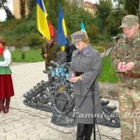 Тут в  Парку пам'яті борцям за волю Україну, на місці, де в різні часи були розстріляні тисячі безневинних жертв сталінського та фашистського режимів,