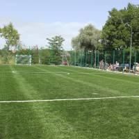 футбольне поле з штучним покриттям