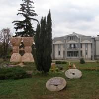 Сквер трипільської культури трипільський «бінокль» і будівля адміністрації