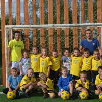 Дитяча команда з футболу разом з головним тренером Андрієм Давиденком на новому сучасному спортивному майданчику