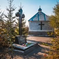 Памятний знак ліквідаторам аварії на ЧАЕС та капличка на цвинтарі